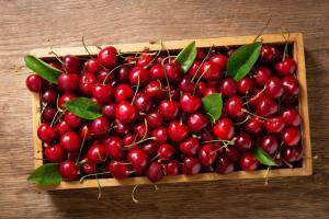 China alarma a industria frutícola tras supuesta detección de Covid-19 en packaging de cerezas importadas