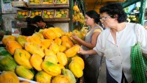 Mayor consumo estacional y costo de transportes encarecen el precio de la papaya en los mercados